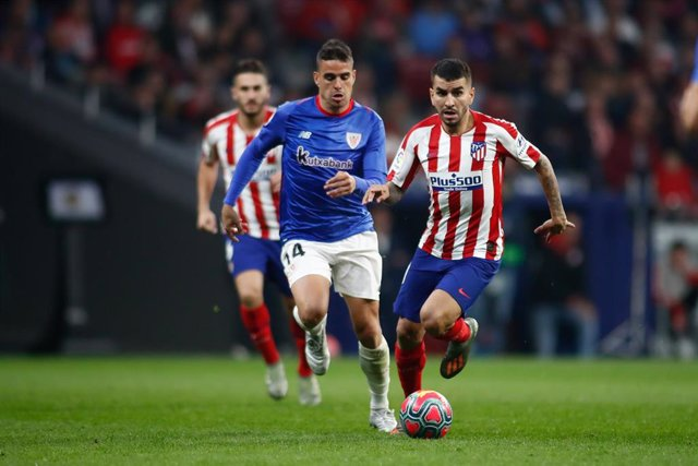 Angel Correa intenta zafarse de Dani García en el Atlético de Madrid-Athletic Club de LaLiga Santander 2019-2020