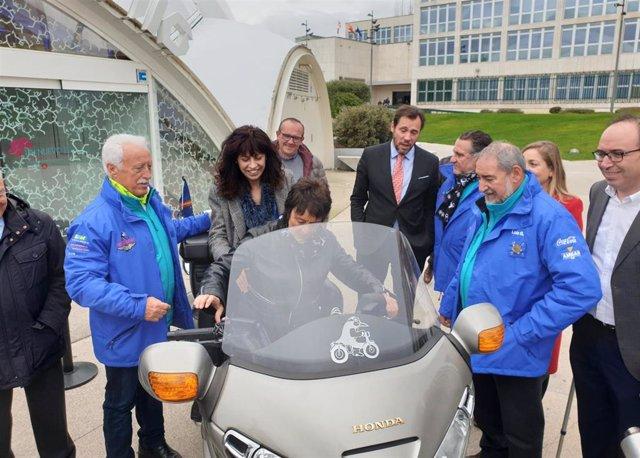 La delegada del Gobierno en CyL, Mercedes Martín, montada en una de las motos de Pingüinos junto a la concejal de Cultura y Turismo de Valladolid, Ana Redondo, (detrás) y organizadores de la concentración motorista.