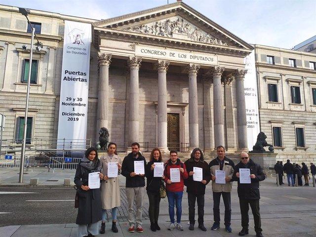 Representantes de la Plataforma Estatal por la Escuela Pública frente al Congreso de los Diputados.