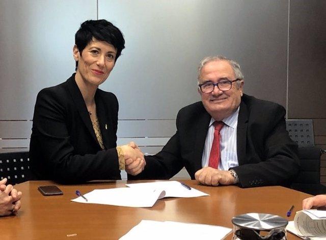 Elma Saiz y Luis Sabalza firman los documentos para la concesión del aval de 16 millones a Osasuna