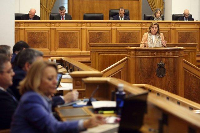 La consejera de Educación, Rosa Ana Rodríguez, en el pleno de las Cortes.