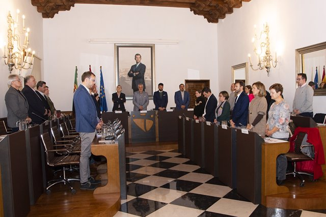 Minuto de silencio del Pleno de Diputación de Cáceres por las víctimas de violencia de género
