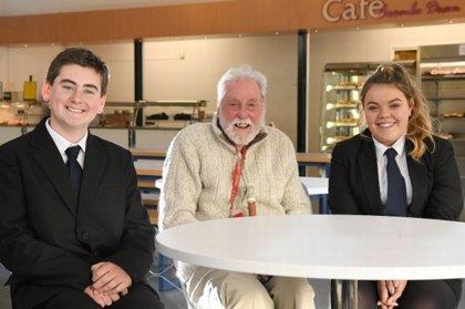 Un colegio invita a un pensionista de 86 años a comer con sus alumnos para combatir la soledad
