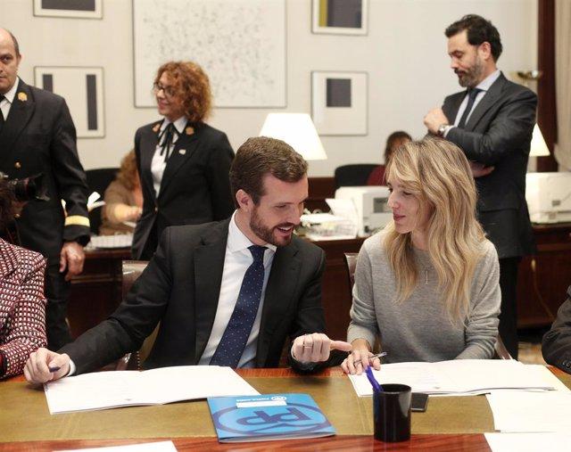 El president del Partit Popular, Pablo Casado (i), recull l'acta de diputat acompanyat de la portaveu del Grup Popular al Congrés, Cayetana Álvarez de Toledo (d), al Congrés dels Diputats, a Madrid (Espanya), a 28 de novembre del 2019.