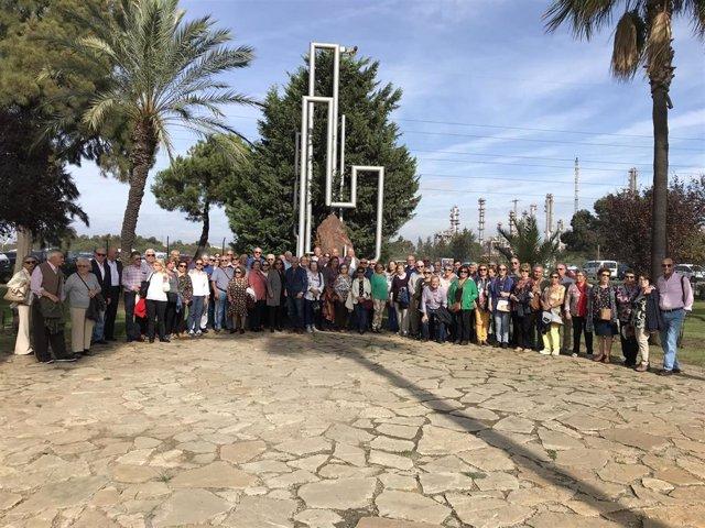 Personal jubilado de Cepsa visita las instalaciones en la planta de Palos de la Frontera (Huelva).