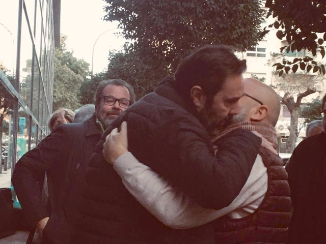 Miguel López se abraza a un amigo a la salida del juzgado tras conocerse ayer que el jurado le había declarado no culpable.
