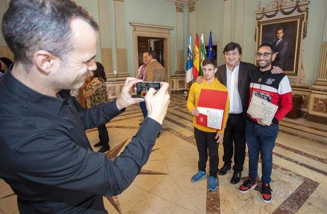 Entrega de diplomas a jóvenes de Aones y Avadi-Down Huelva que han realizado sus prácticas en el Ayuntamiento de Huelva.