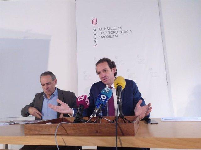 (I-D) El Director General Detransportes Aeri I Marítim, Xavier Ramis, I El Conseller De Mobilitat I Habitatge, Marc Pons.