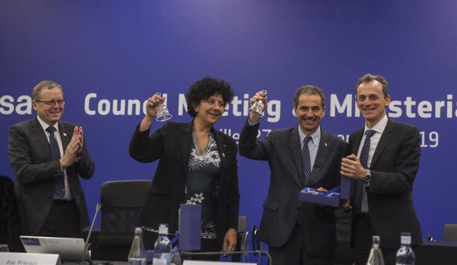El ministro de Ciencia, Pedro Duque (1d), entrega un presente a copresidentes de Space19+, Frédérique Vidal y Manuel Heitor (3d y 2d); junto al director general de la ESA, Jan Wörner.