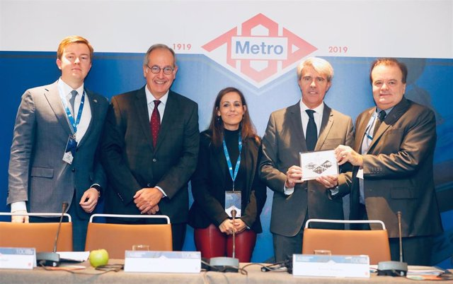 El consejero de Transportes de la Comunidad de Madrid, Ángel Garrido, junto a la consejera delegada de Metro de Madrid, Silvia Roldán.