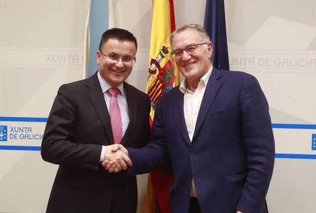 El conselleiro de Medio Rural, José González, y el presidente de la Fegamp, Alfredo García, en la firma del acuerdo