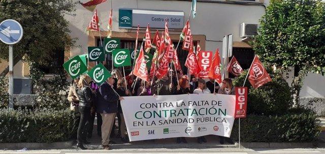 Concentración de sindicatos contra recortes en sanidad ante un centro de salud de Granada.