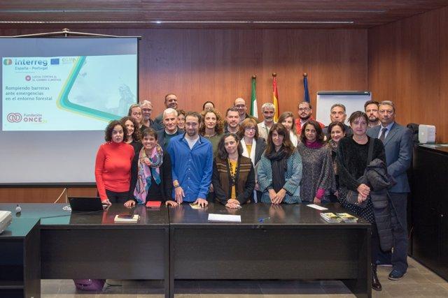 Foto familia de los participantes en la primera jornada de sensibilización social sobre atención a la diversidad en los incendios forestales