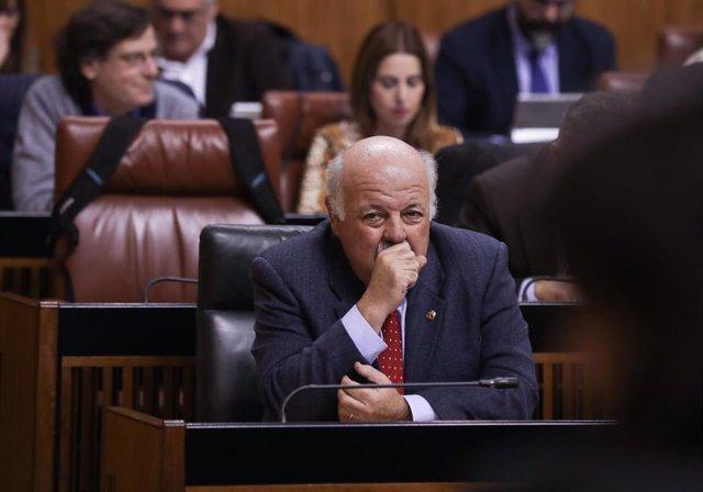 El consejero de Salud y Familias, Jesús Aguirre, antes del inicio de su comparecencia.   En el Parlamento de Andalucía, Sevilla, a 27 de noviembre de 2019.