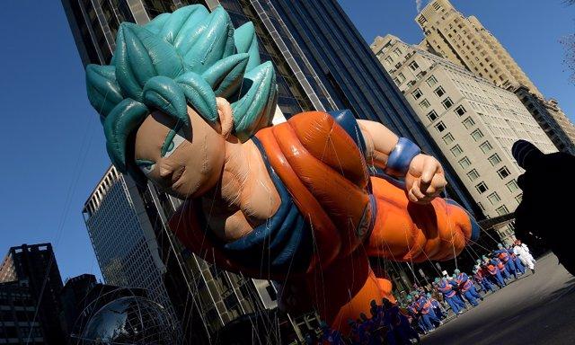 El gigantesco globo de Goku sobre el cielo de Nueva York