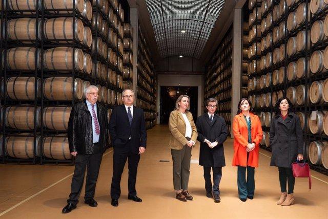 La presidenta del Gobierno, Concha Andreu, visita las instalaciones de la bodega CVNE