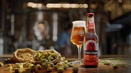 Cruzcampo combina tres tipos de malta y lúpulo en la cerveza de su nueva edición limitada de Navidad