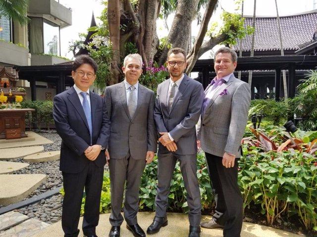 Comité Ejecutivo ISHRS. De izquierda a derecha: Tommy Hwang (Corea del Sur, expresidente); Francisco Jimenez Acosta (España, Presidente); Arthur Tickocinsky (Brasil, expresidente); Paul MacAndrews (USA, vicepresidente).