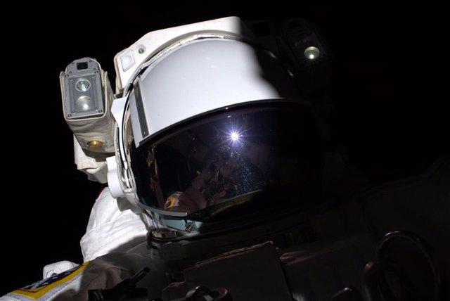 Astronauta europeo Luca Parmitano durante una caminata espacial