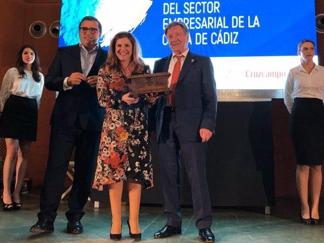 Irene García recoge un premio a la Diputación de la Asociación de los chiringuitos de Cádiz