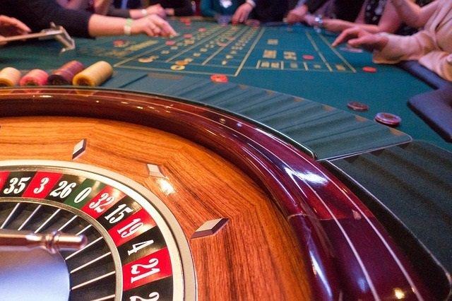 Una ruleta en una taula de joc.