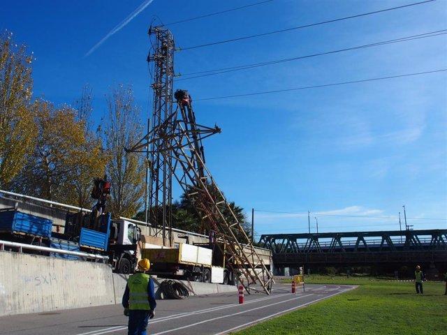 Endesa desmonta tres líneas eléctricas que cruzaban el último tramo del río Besòs