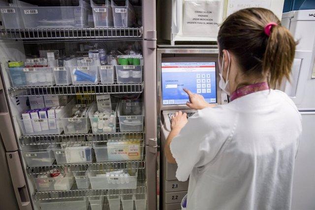 Infermera prepara medicació al Servei Enfermer del servei d'urgències pediàtriques de l'Hospital Universitari Vall d'Hebron