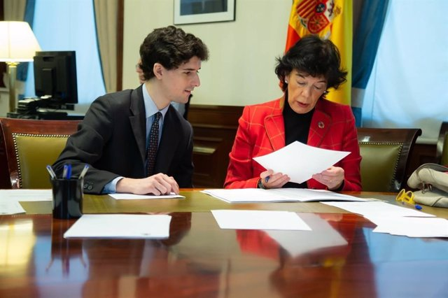 La ministra de Educación y portavoz del Gobierno, Isabel Celaá, acreditándose en el Congreso