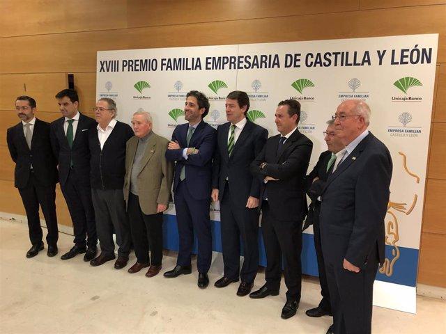 Fernández Mañueco y César Pontvianne, en el centro de la imagen, posan con los galardonados del XVIII Premio Familia Empresaria de Castilla y León.