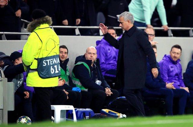 José Mourinho choca su mano con el joven recogepelotas del Tottenham