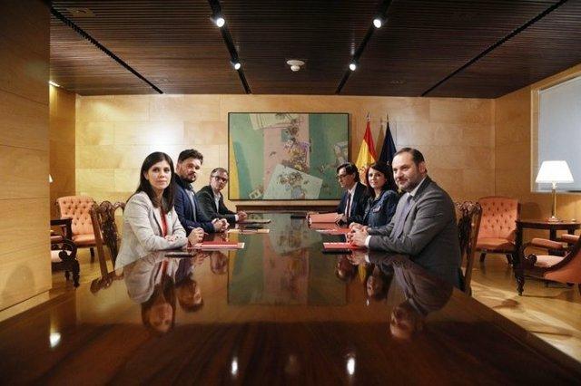 Adriana Lastra y Gabriel Rufián presiden la reunión de las delegaciones de PSOE y ERC para la investidura de Perdro Sánchez