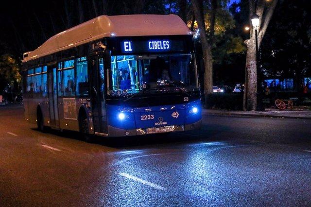 Un autobús de la línea E1 circulando por una calle de Madrid.