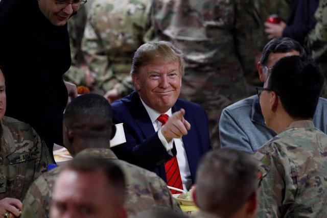 El presidente de Estados Unidos, Donald Trump, cenando el Día de Acción de Gracias con los soldados desplegados en Afganistán.