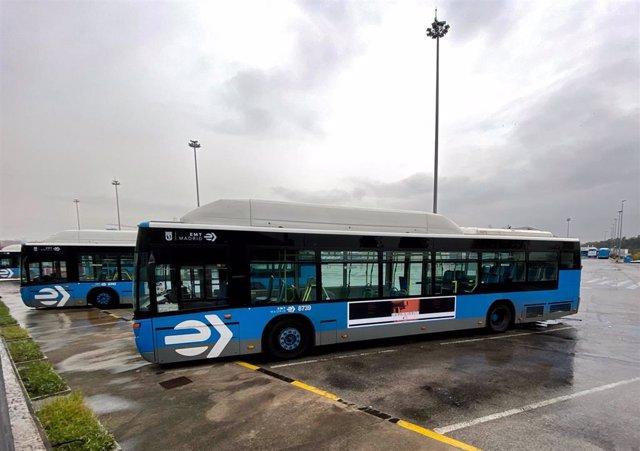 Dos autobuses aparcados en una de las cocheras de Transporte Municipal de la EMT en Madrid.
