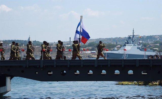 Militares de la Marina rusa en un acto castrense en Sebastopol, en la península de Crimea