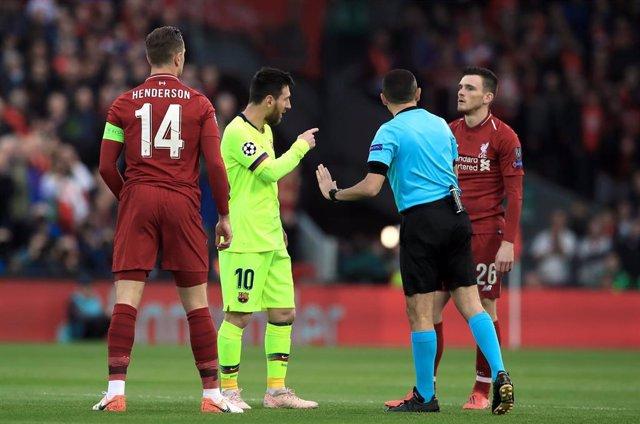 Leo Messi con el árbitro Cuneyt Cakir durante el Liverpool-FC Barcelona