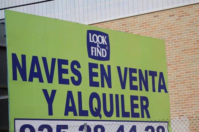 Plano detalle, de un cartel que indica, la venta o alquiler de una nave