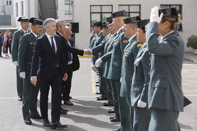 El ministro del Interior, Fernando Grande-Marlaska (i), visita la Comandancia de la Guardia Civil de Cádiz. En la avenida de la Independencia.