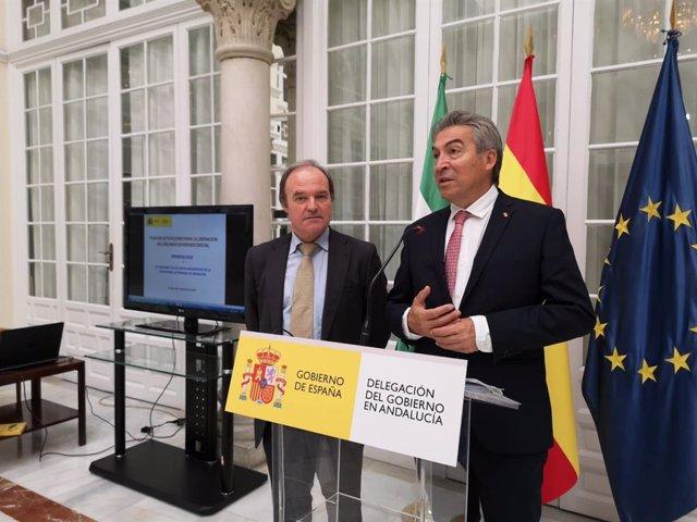 El subdirector general de Planificación y Gestión del Espectro Radioeléctrico, Antonio Fernández-Paniagua, y el delegado del Gobierno en Andalucía, Jesús Lucrecio Fernández.