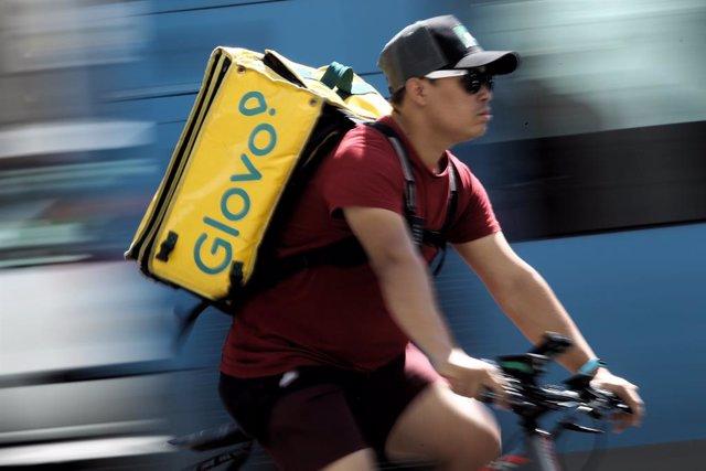 Un 'rider' de l'empresa de repartiment de menjar a domicili Glovo.