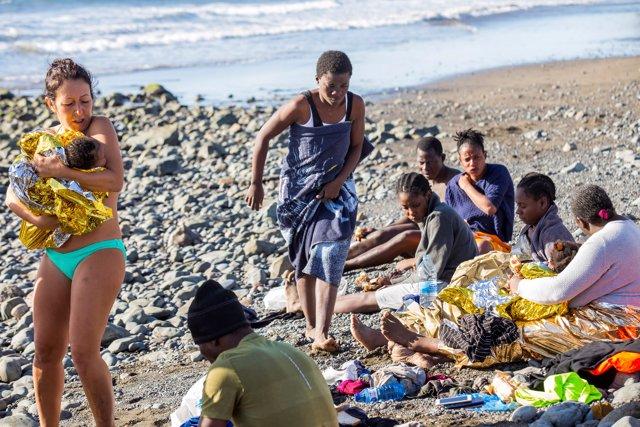 Migrantes llegan a la playa de Bahía Feliz, en el sur de Gran Canaria