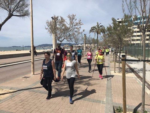 Un grupo de personas participa en una jornada de Nordic Walking en Playa de Palma.