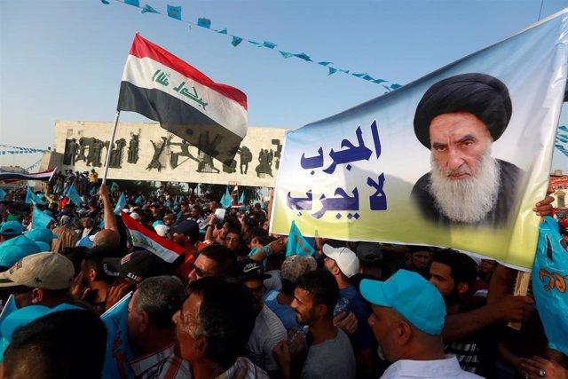 Pancarta con la imagen del ayatolá Alí al Sistani