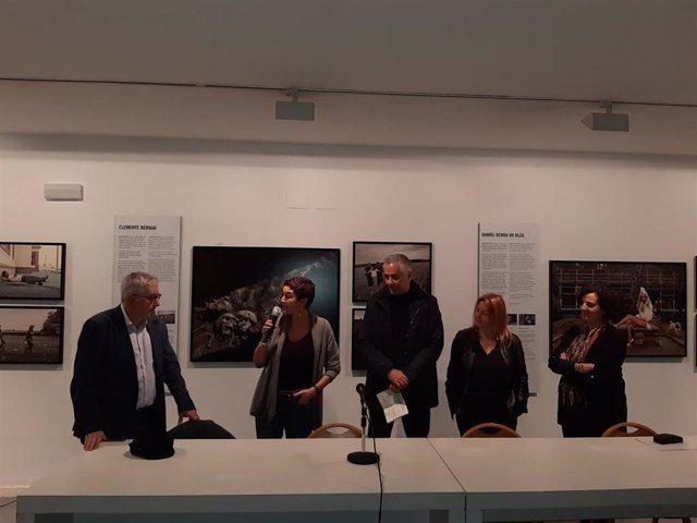 La consejera de Cultura del Principado, Berta Piñán, durante la inauguración en el museo Barjola de la exposición 'Creadores de Conciencia', junto a responsables de la muestra