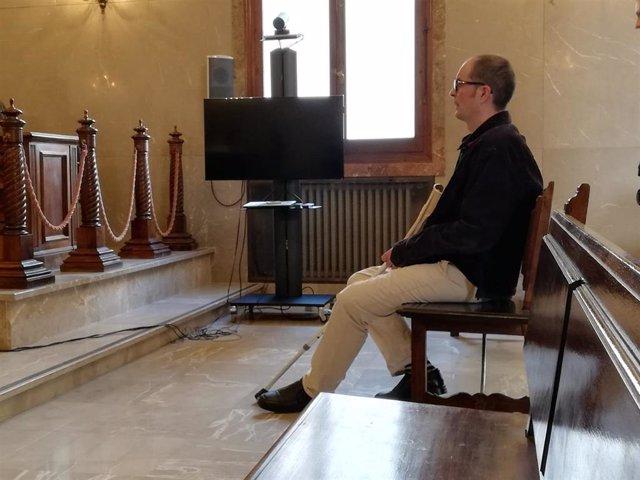 A.B., acusado de asesinar a su exsuegro a puñaladas en Sencelles, en el banquillo de los acusados en la Audiencia Provincial.