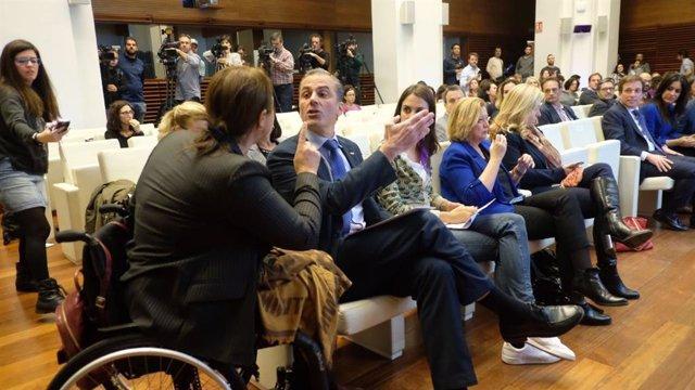 La representante de la Asociación Mujeres Marroquíes, Nadia Otmani, enfrentándose al portavoz de Vox en el Ayuntamiento de Madrid, Javier Ortega Smith