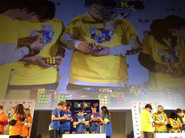 Escolares participantes en el campeonato interescolar del cubo de Rubik de 2018 celebrado en Madrid.