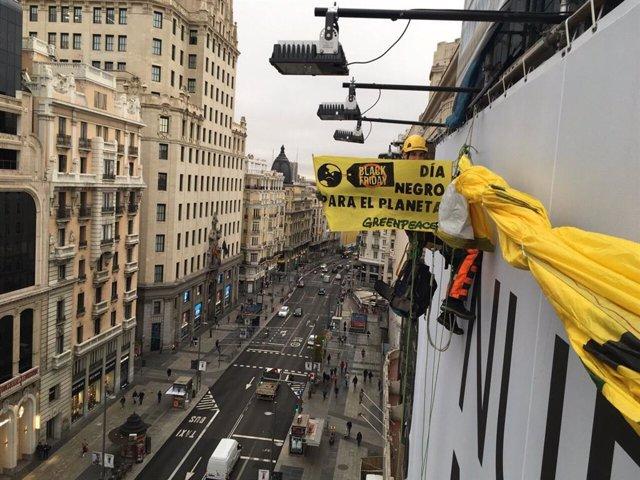 Imagen de la colocación de la pancarta contra el consumo masivo de Greenpeace en la Gran Vïa.