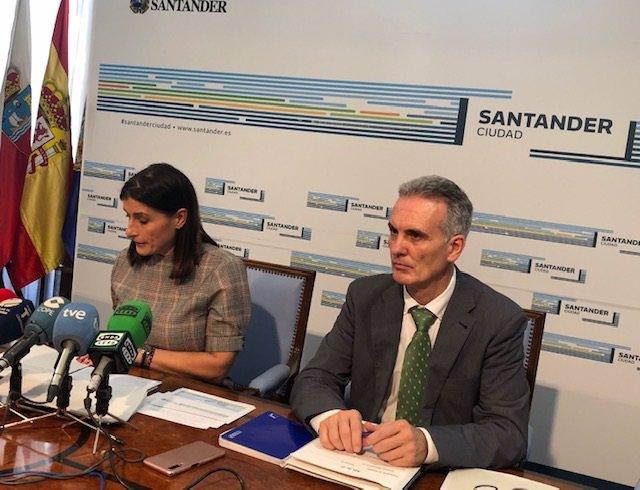 La alcaldesa de Santander, Gema Igual, y el concejal de Economía, Víctor González Huergo