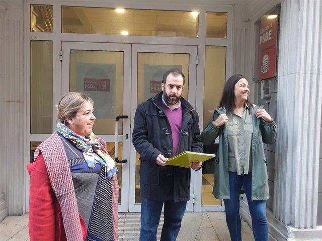 Marta Domingo, José Otto Oyarbide y Zara Ursuguía en la puerta de la sede del PSOE
